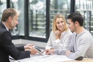 Wer ein Haus verkaufen will, wendet sich idealerweise an einen erfahrenen Makler.