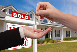 Ein Hausmakler ist erfahren in der Vermittlung von Häusern.