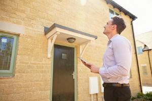 Auch ein Immobilienmakler kann eine Immobilienbewertung durchführen.