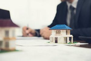 Wer eine Immobilie verkaufen will, sollte sich an einen erfahrenen Immobilienmakler mit positiven Bewertungen wenden.
