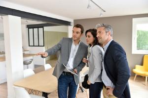 Will man einen Immobilienmakler finden, sollte man sich auch Bewertungen anderer Kunden anschauen.