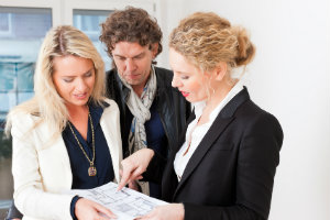 Der Immobilienmakler kann die Provision entweder vom Käufer oder Verkäufer erhalten.