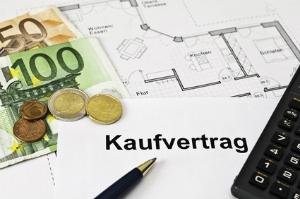 Wer beim Immobilienverkauf die Steuer sparen will, muss die Spekulationsfrist beachten.