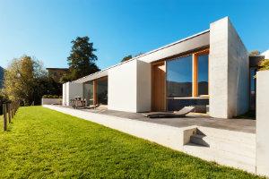 Ein Makler unterstützt den Verkäufer bei einem erfolgreichen Immobilienverkauf.
