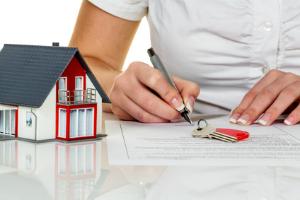 Gerade unerfahrene Privatpersonen profitieren von der Hilfe des Immobilienvermittlers.