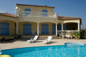 Ein Luxusimmobilienmakler vermittelt exklusive Wohnobjekte.