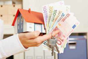 Die Maklerprovision muss auch beim Verkauf einer Immobilie gezahlt werden.