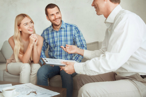 Mit der Hilfe eines gestandenen Maklers lässt sich eine Wohnung erfolgreich verkaufen.