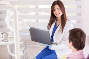 Mit Webdesign kann ein Zahnarzt potentielle Patienten über die Qualitäten seiner Praxis informieren.