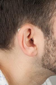 Große Leistung und Unauffälligkeit: Ex-Hörer-Hörgeräte eignen sich nicht nur für Erstkäufer.