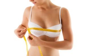 Die plastische Operation auf die Brust nach dem Füttern