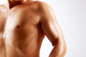 """Bei der Vergrößerung der männlichen Brust spricht man von """"echter"""" und """"falscher"""" Gynäkomastie."""