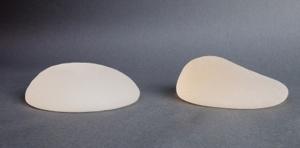 Implantate können beim Mann in den Waden, im Gesäß oder in der Brust eingesetzt werden.