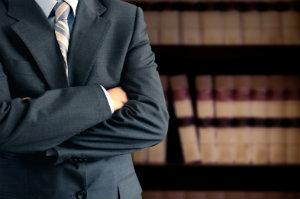 Ein Anwalt für Arbeitsrecht hilft Arbeitnehmern und Arbeitgebern weiter.