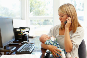 Eine Kündigung nach dem Mutterschutz ist nicht rechtmäßig – die Elternzeit muss ebenfalls eingehalten werden.