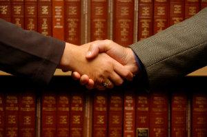 Versierte Rechtsanwälte für Arbeitsrecht sind der richtige Ansprechpartner, wenn der Interessenausgleich zwischen Arbeitgeber und Arbeitnehmer gefordert ist.