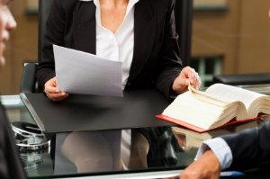 Rechtsauskünfte werden bestenfalls von einem versierten Rechtsanwalt oder Fachanwalt eingeholt.