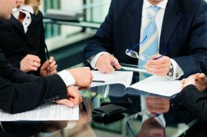 Ein Rechtsanwalt für Vertragsrecht prüft neue Verträge.