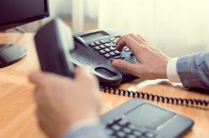 Ein Mann nimmt die telefonische Rechtsberatung in Anspruch.