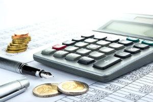 Um die richtigen Steuerberater-Preise zu eruieren, schaut man auf die Faktoren, mit denen die Beratergebühren multipliziert werden.