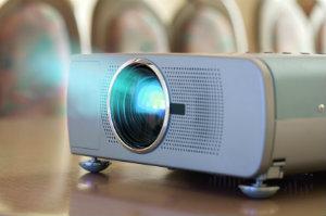 """Videoprojektoren, populär meist """"Beamer"""" genannt, übertragen Bildsignale auf Leinwände."""