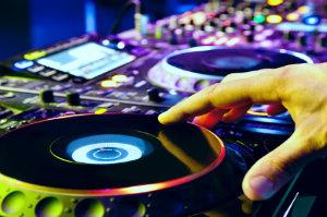 Ein Profi-DJ ist die beste Wahl, wenn auf vielfältige Musikwünsche eingegangen werden soll.