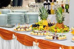 Event-Catering meint die Bewirtung und Bereitstellung von Speisen und Getränken bei Ereignissen.