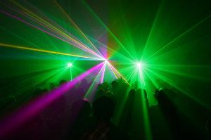 Bei Firmen für Veranstaltungstechnik und Lichttechnikagenturen kann man eine Lasershow mieten.