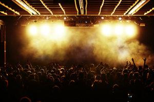 Das Licht im Publikum geht aus, die Bühne erstrahlt. Jetzt geht's los!