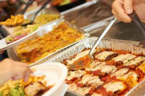 Ein Partyservice bietet für verschiedenste private, geschäftliche und formelle Veranstaltungen Catering an.