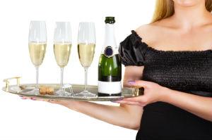 Zu den Aufgaben von Messe-Hostessen zählt auch das Bewirten der Gäste.